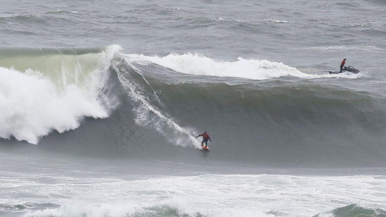Surfeando en Illa Pancha.En el 2006 se intentaron construir en la costa mariñana de Barreiros unas 5.000 viviendas