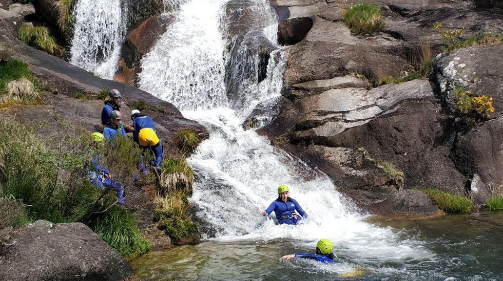 Barranquismo en Cerdedo.Toboganes de roca y agua. En Cavadosa (Cerdedo) se puede descender por un barranco apto para niños y mayores. En el recorrido hay toboganes, rápeles y saltos a pozas de agua.