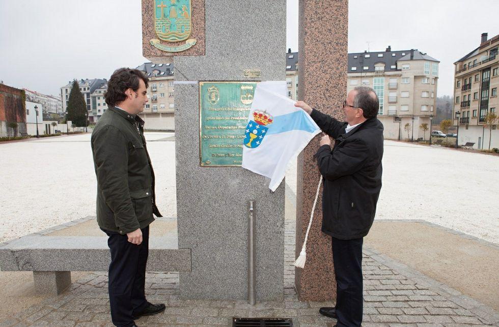 Calvo y Rey en el momento de descubrir la placa oficial de inauguración.