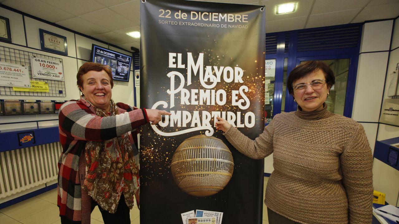 Responsables de la administración de loterías de Vilalba donde, por segundo año, han vendido el Gordo de Navidad