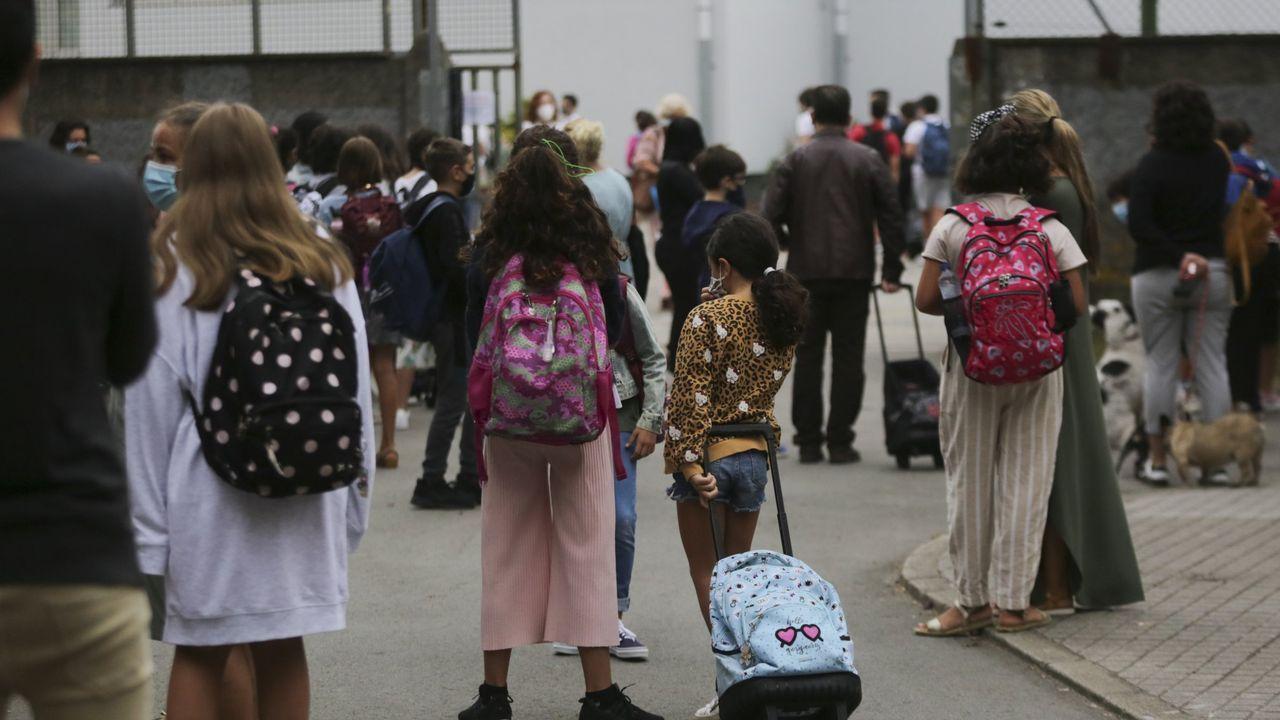 PRESENACION DE LA AMPLIACIÓN DEL PROGRAMA DE ACOMPAÑAMIENTO EN LOS JUZGADOS CON PERROS DE TERAPIA PARA MENORES VÍCTIMAS DE VIOLENCIA DE GÉNERO EN LA FUNDACIO MARIA JOSE JOVE.Imagen de la entrada de alumnos al Ramón de la Sagra, donde la Xunta indica que hay dos aulas cerradas