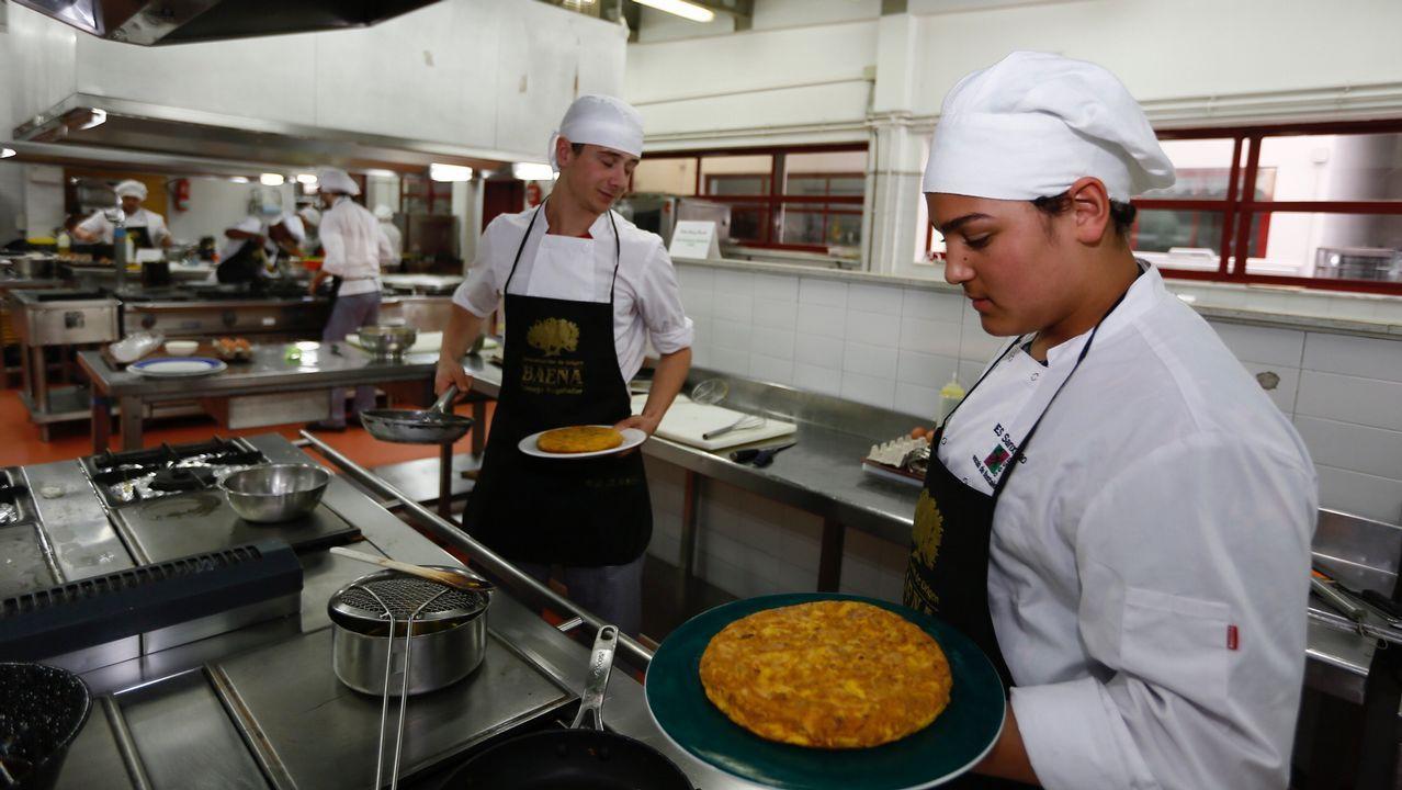 Concurso de tortillas en el IES de Hosteleria de Foz.Alejandro Costoya, Alba García y Samuel González, tres de los diez ganadores de las becas de postgrado de la Fundación Barrié para el próximo curso