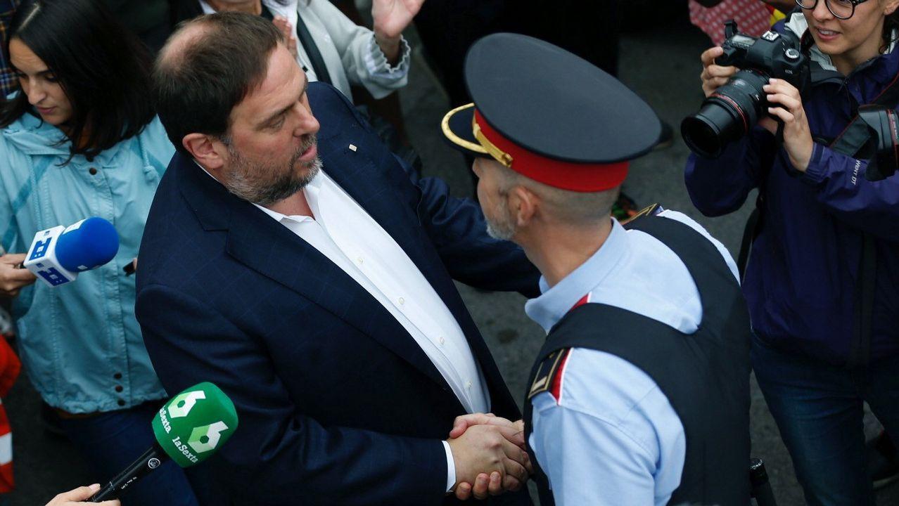 Los independentistas increpan a los agentes ante sus hoteles: «A por ellos, oé».Juan Ignacio Zoido