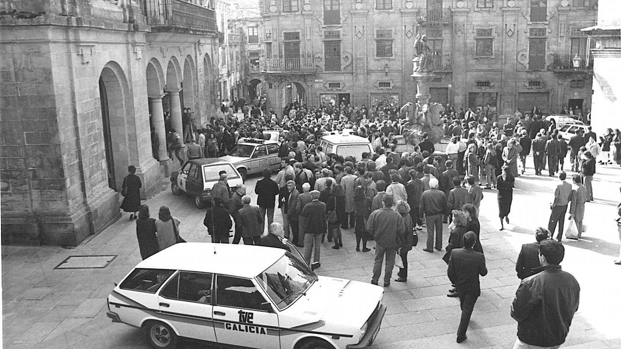 El atentado se produjo en pleno centro de Compostela. Decenas de personas se congregaron ante la sede del Banco de España en Praterías aquel 10 de marzo de 1989. Muchos conocían personalmente a los guardias civiles asesinados