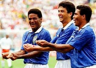 Mazinho, Bebeto y Romario festejan un gol en el Mundial 94 en homenaje al hijo de Bebeto, Matheus, que había nacido el día anterior