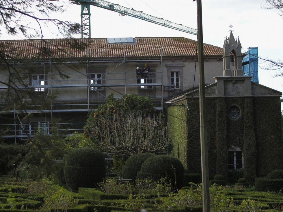 Al Ayuntamiento precinta la gasolinera de Santa Cruz.La única obra en curso es la reforma del pazo de Xaz.