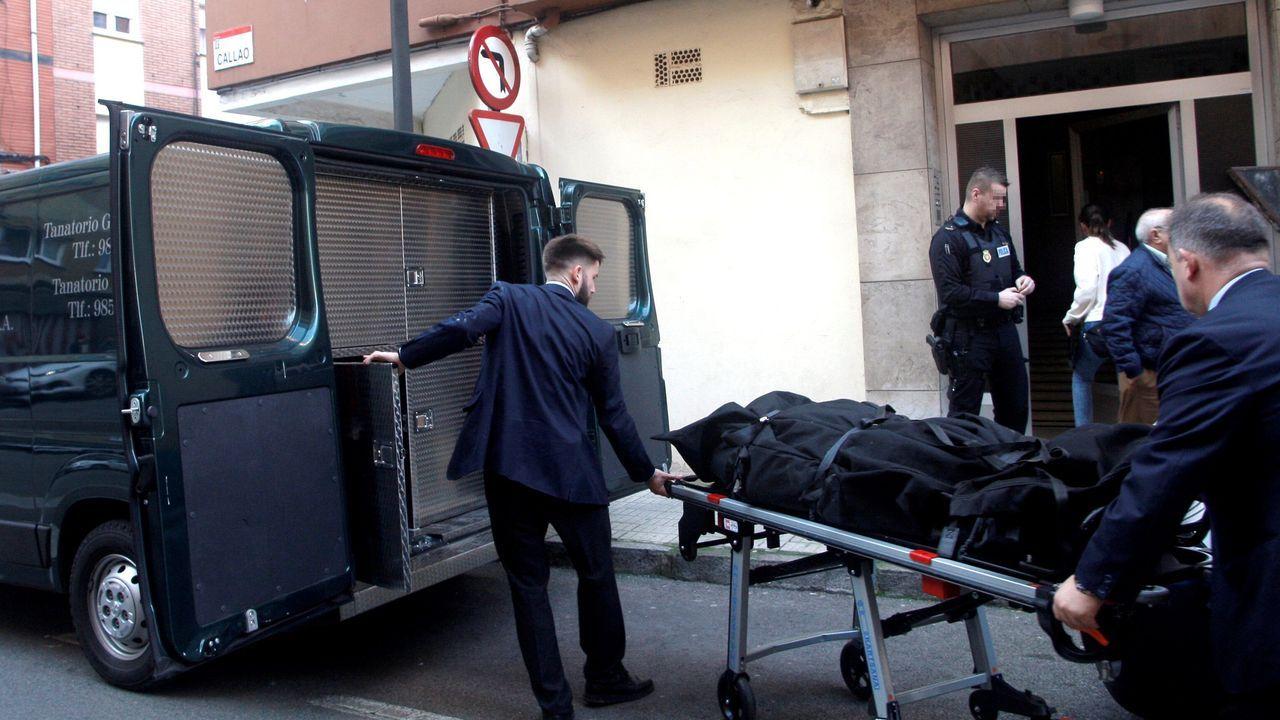 El cadáver de la mujer hallada muerta en Gijón es trasladado por la funeraria