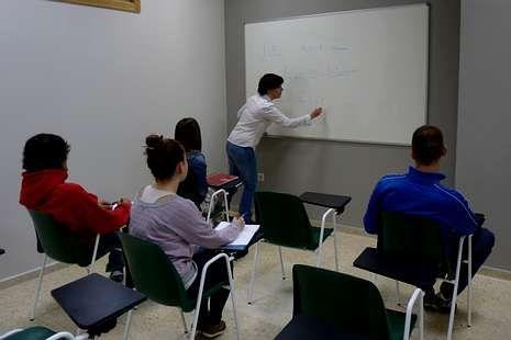 Una profesora da clase a universitarios en Idea Educación Integral.