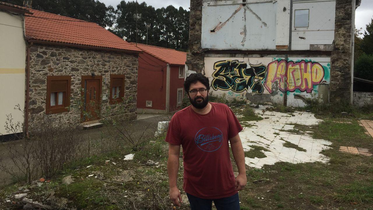 cruceiro.Iglesia de Armea, en Coirós, desmantelada por los ladrones.
