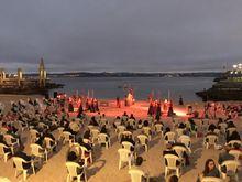 Imagen de un instante durante la representación de la obra «Electra» en la playa de San Amaro