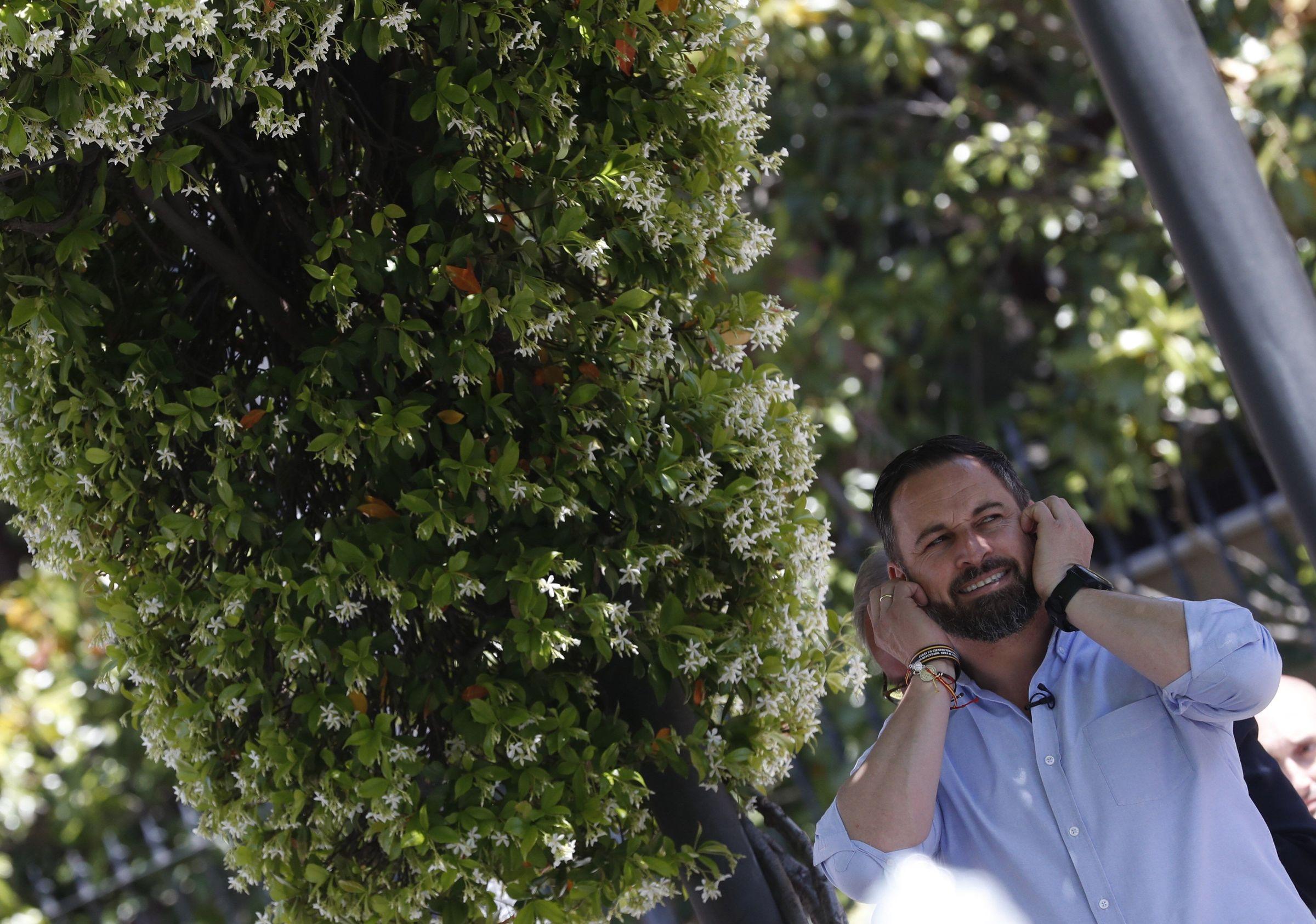 Albert Rivera, recibido con hostilidad en el pueblo de Josu Ternera.El alcalde de Carballo, Evencio Ferrero