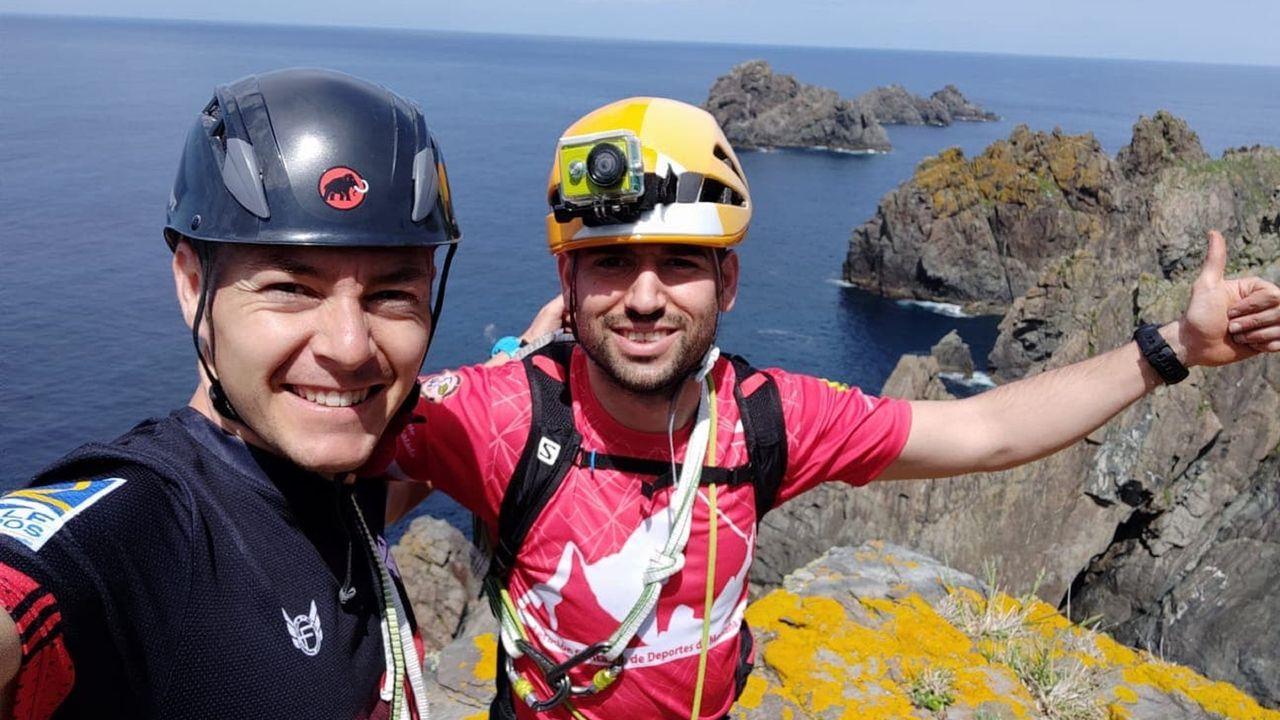 Rubén Bugliot y Manuel Díaz, en lo alto del Pico da Moreira, con los Aguillóns del cabo Ortegal al fondo