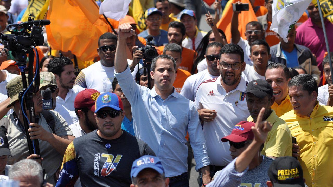 Juan Guaidó, escoltado por cientos de simpatizantes, tras el tiroteo que sufrió en Barquismeto