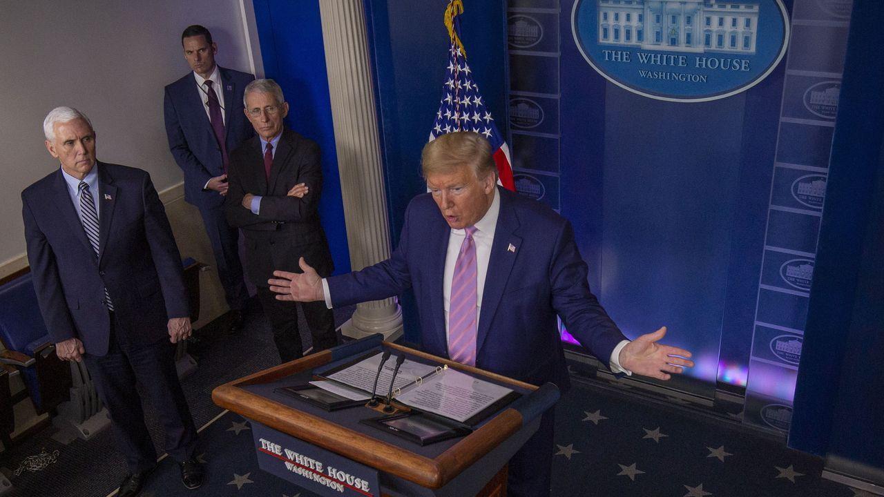 Trump se dirige a los medios en la sala de prensa de la Casa Blanca, acompañado del vicepresidente Mike Pence y sus expertos en la gestión de la crisis del coronavirus