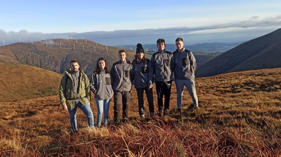 Miembros del Proxecto Rebinxe, durante una salida de campo a la Serra do Xistral