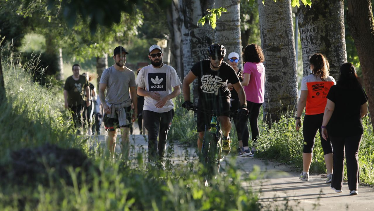 Primer día de terrazas en Ourense.Ciclistas y peatones podían hasta ahora compartir espacio en los paseos fluviales