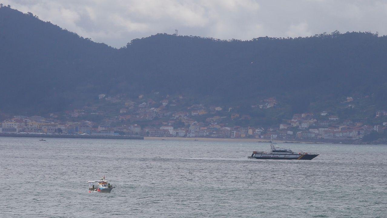 Aparece en la playa de Areas el cadaver de la persona que buscaban en el mar en Sanxenxo.El 'Helimer' sobrevuela los acantilados de la costa Oeste de Gijón en la búsqueda de Lorena Torre