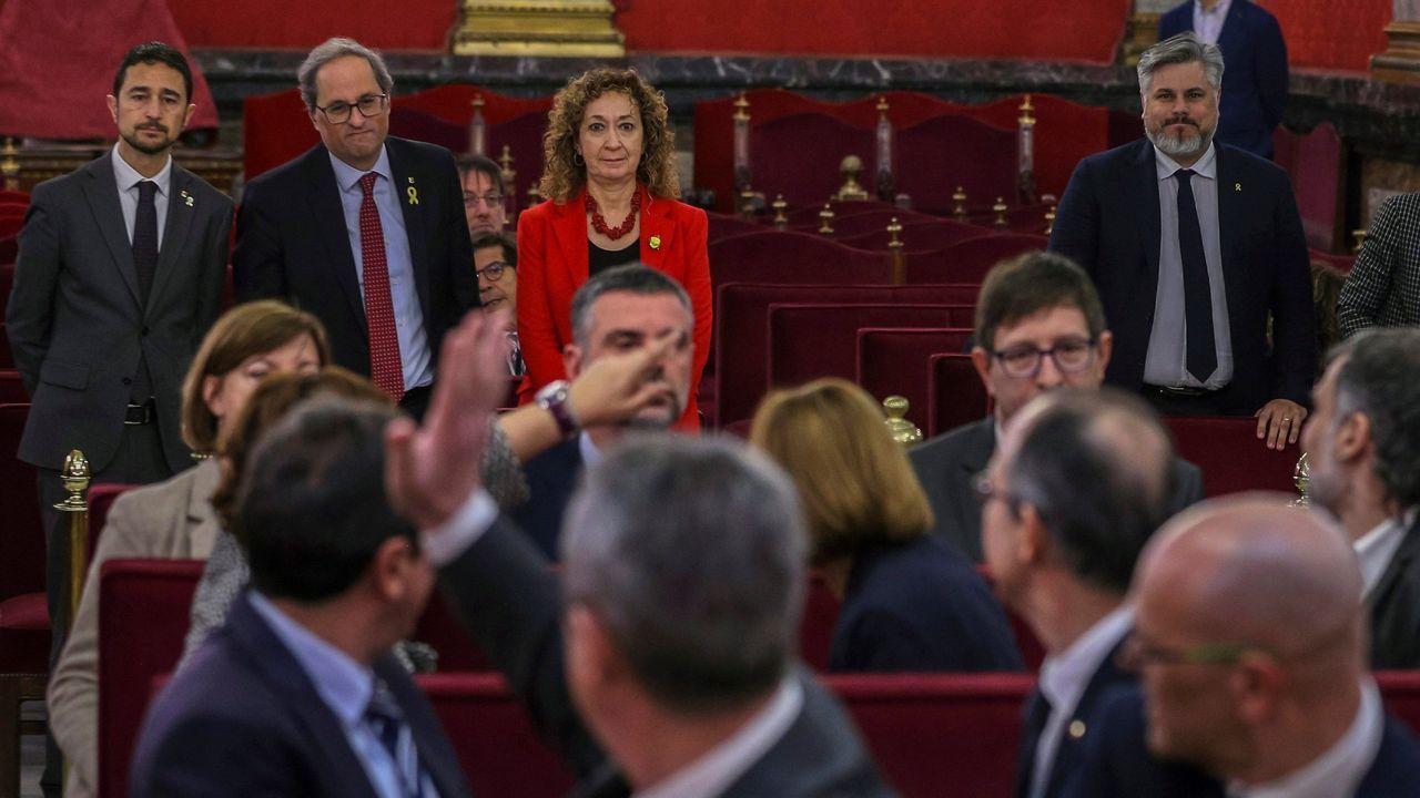 El presidente de la Generalitat Quim Torra , acompañado por el consejero de Territorio, Damiá Calvet  y la consejera de Justicia, Ester Capella, saluda a los líderes independentistas acusados en el juicio del «procés».