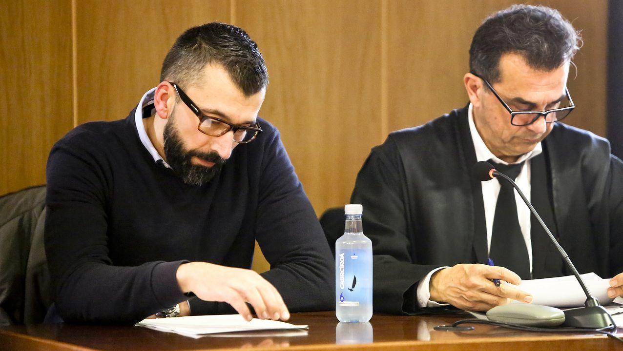 El acusado, César Adrio, este lunes junto a su abogado en la sección viguesa de la Audiencia de Pontevedra