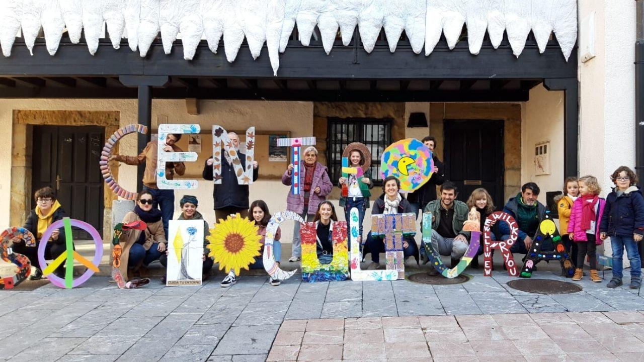 Proyecto Tabacalera Gijón puzle.Los participantes de la acción reivindicativa de un centro sociocultural en Tabacalera, con las letras elaboradas por ellos mismos, ante la Casa del Chino