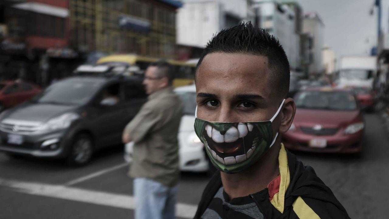 Un hombre con mascarilla, ayer  jueves, en una calle de San José (Costa Rica). El Sistema de Naciones Unidas anunció este jueves un plan de apoyo a Costa Rica para atender los casos de covid-19 en la zona norte del país, fronteriza con Nicaragua
