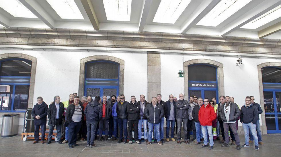 Ferreiro y Mato.Las víctimas del Alvia, concentradas frente al Congreso durante las comparecencias de los exministros José Blanco y Ana Pastor