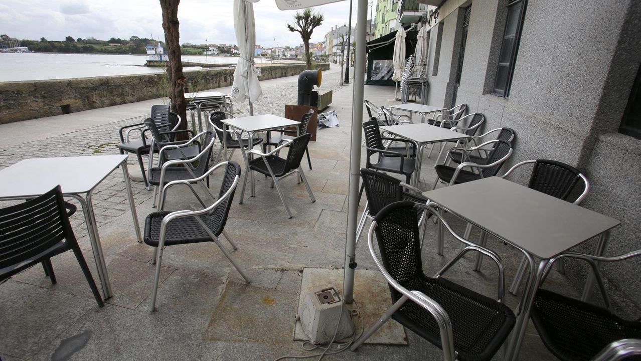 Paseo marítimo de Ares, con negocios de hostelería cerrados
