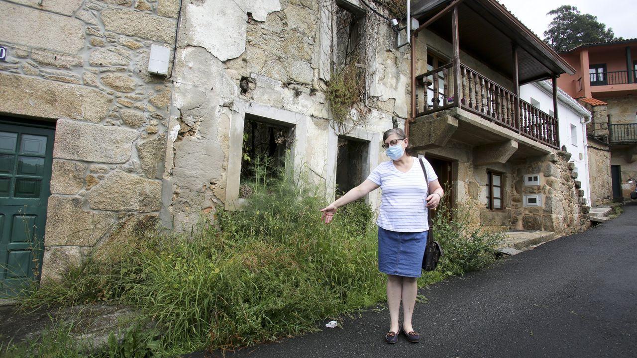 María tella muestra una de las casas abandonadas que está provocando daños a las propiedades colidantes