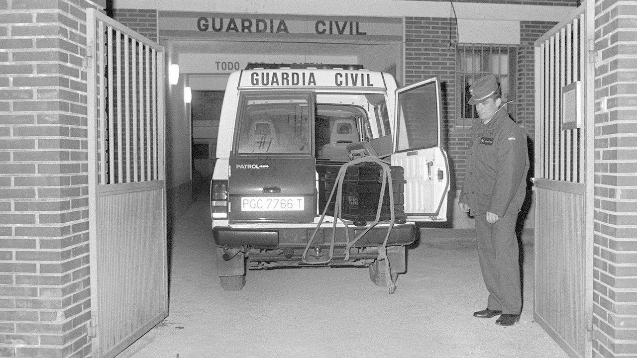 Vehículo de la Guardia Civil de Llombay con los féretros de las tres niñas