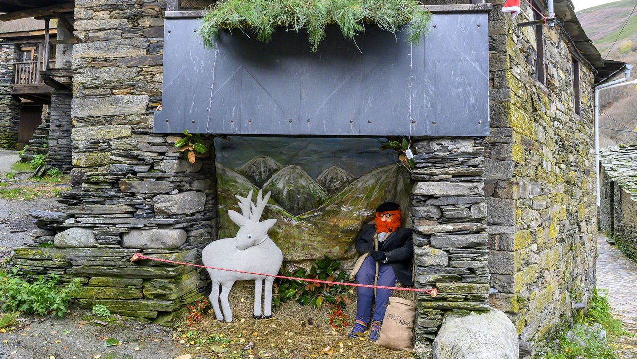 Crecida otoñal en la cascada de Vieiros.A figura do Apalpador forma parte da decoración de Nadal que se acaba de instalar en diferentes puntos da localidade quiroguesa da Seara