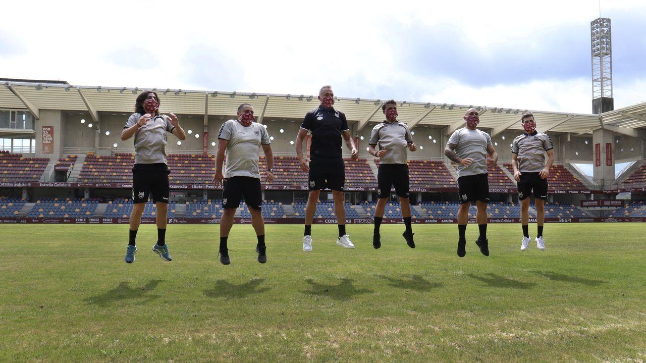 El entrenador del Pontevedra, Ángel Rodríguez, en el centro, con los integrantes de su cuerpo técnico