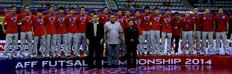 Foto en el podio de la selección de fútbol sala de Vietnam, con Bruno García entre ellos.