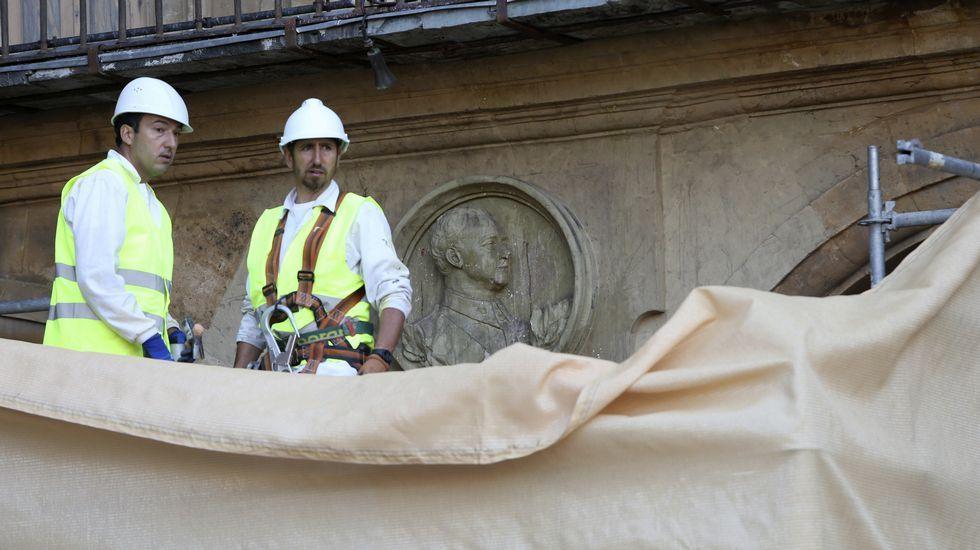 El medallón de Franco abandona la Plaza Mayor de Salamanca.El Valle de los Caídos, en el interior de cuya basílica descansan los restos de más de 33.400 víctimas de la Guerra Civil