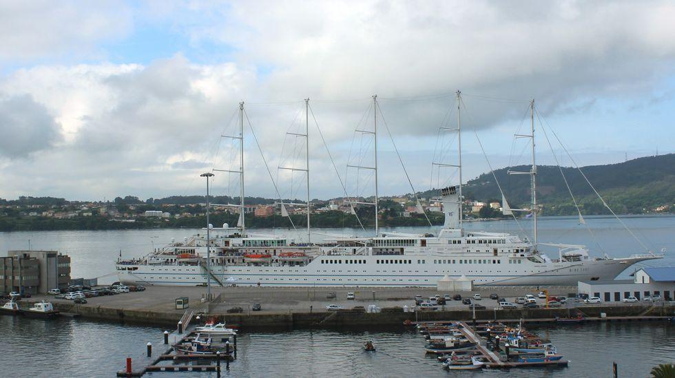 El crucero  Wind Surf  en los muelles de Ferrol
