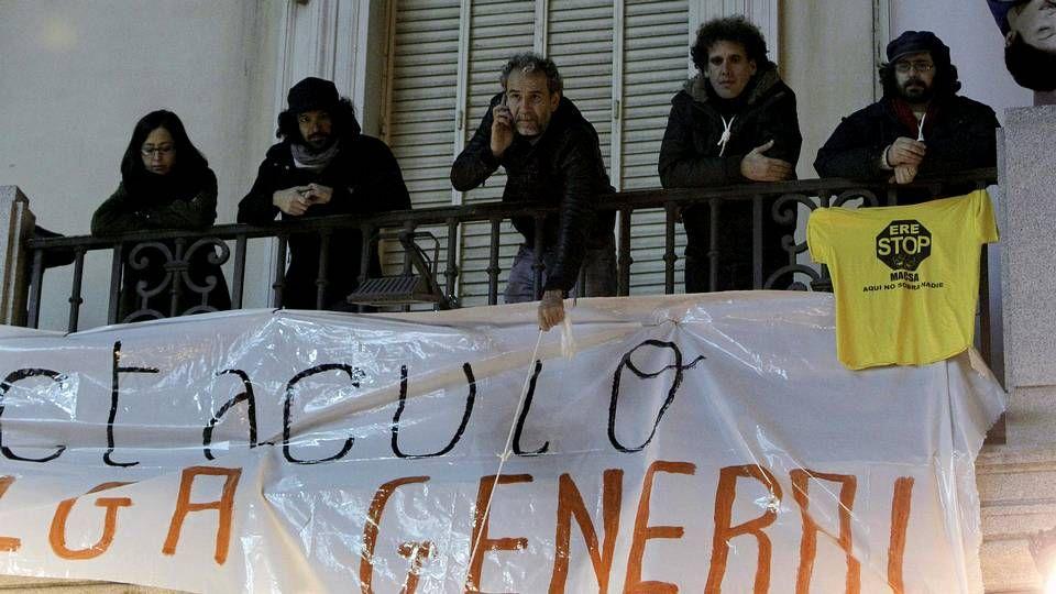 Willy Toledo: «No vivimos en una democracia».Un grupo de actores, entre los que se encuentra Willy Toledo, en el balcón del Teatro Español.