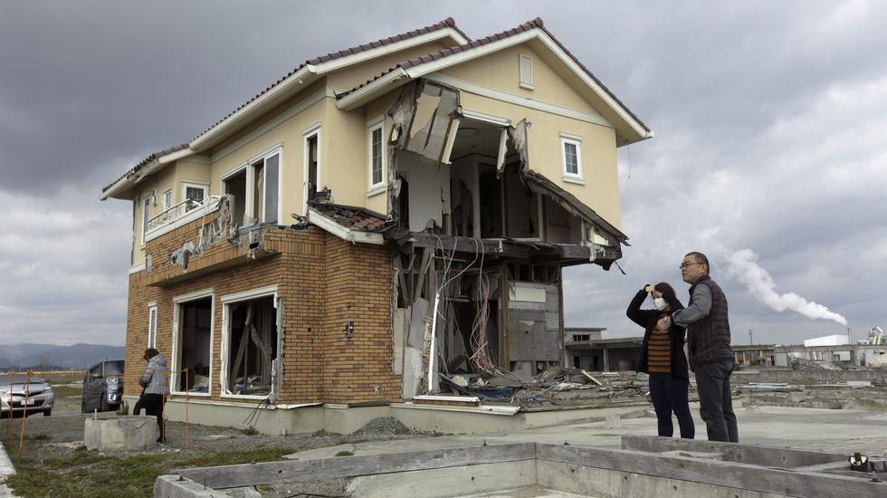 La familia Hirata visita los restos que quedan de lo que un día fue su hogar en el distrito devastado de Ukedo a unos 5 km de la central nuclear.