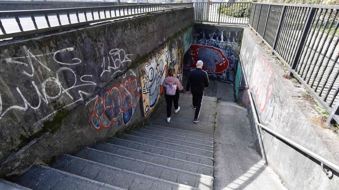 Las escaleras que dan acceso al paso inferior bajo la SC-20.El bazar chino en el que se produjo el robo está situado en el número 58 de la calle Caldeirería