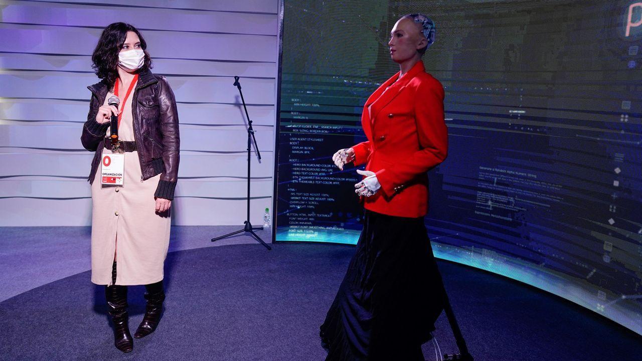 Isabel Díaz Ayuso conversó este lunes con Sophia, el robot del centro de datos instalado en Ifema para seguir el proceso electoral del 4M