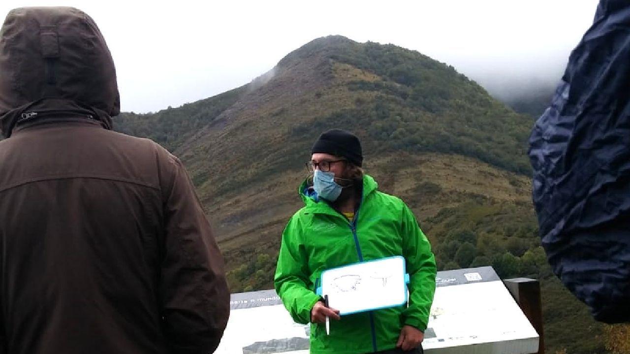 Daniel Ballesteros ofreciendo explicaciones a los participantes en un reciente recorrido guiado por el geoparque Montañas do Courel