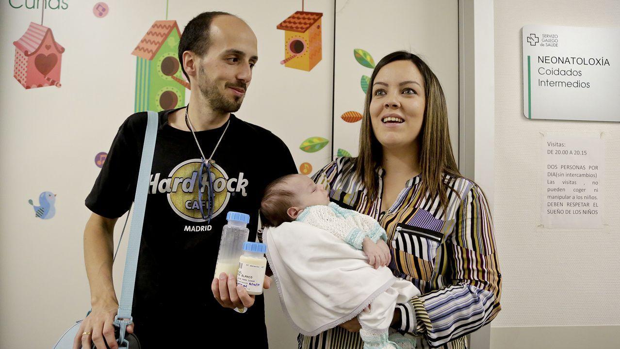 Raquel Jorge y Noé Cabaleiro llevan la leche al Cunqueiro que ella se extrae en su casa. Eric, de cinco semanas, estuvo ingresado en el hospital, pero ya le dieron el alta. Su madre sigue donando
