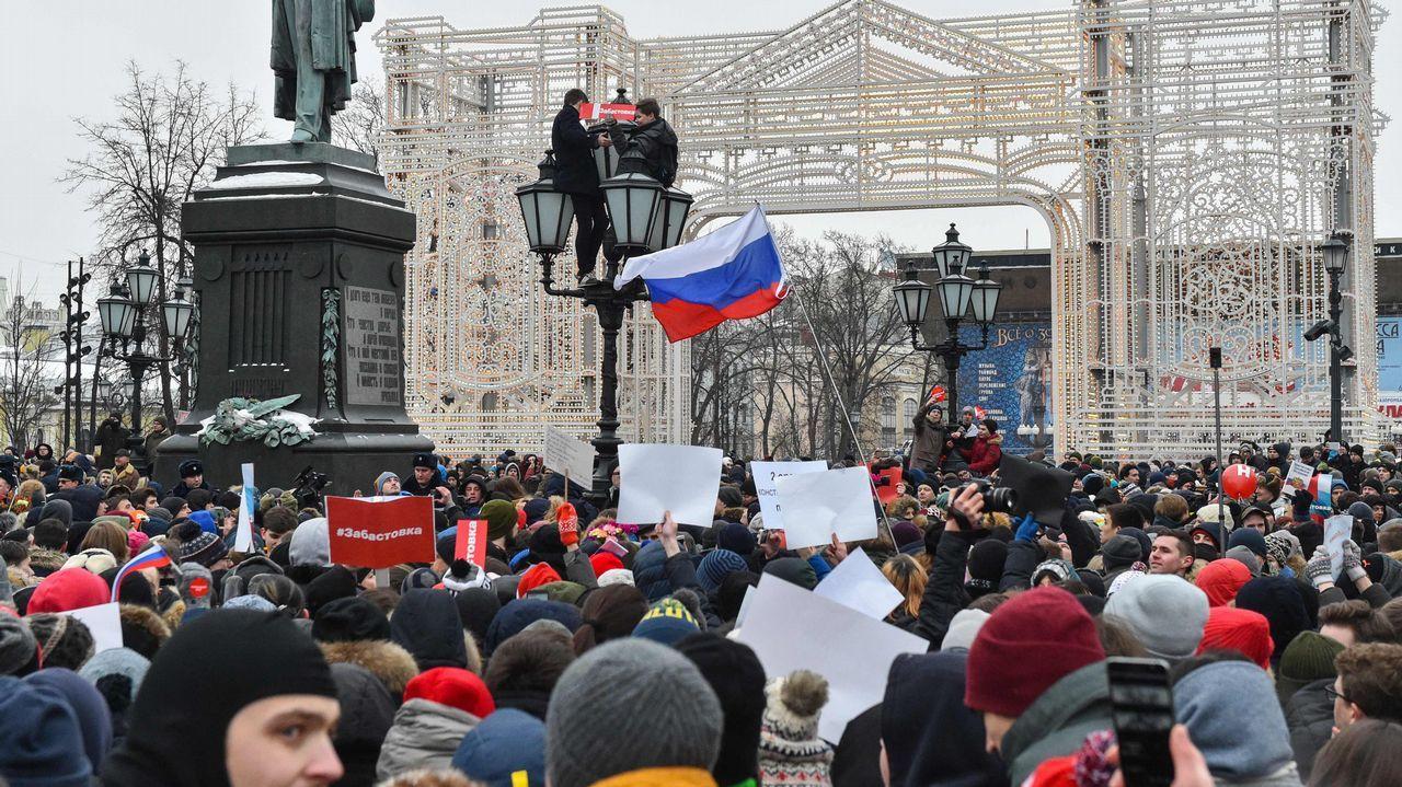 El perro Topi por fin puede viajar a su nuevo hogar.Partidarios de Navalni protestan contra su detención en la plaza Pushkinskaya, en Moscú, en una imagen de archivo