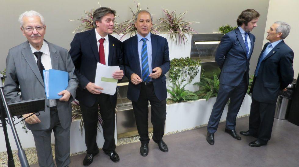 Las fotografías del espectacular incendio en Prodeme.Matías García Alba, primero por la izquierda, junto a su hijo Matías García Fantimi y el alcalde de Monforte, José Tomé, en la inauguración en el 2016 de la clínica Doctor Matías