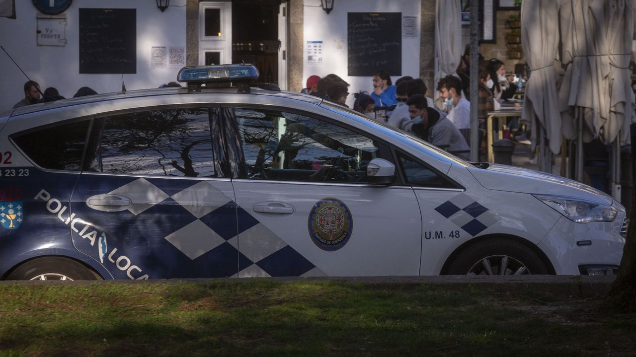 En una imagen de archivo, una patrulla de la Policía Local de Santiago vigila el cumplimiento de las medidas decretadas por la pandemia del coronavirus