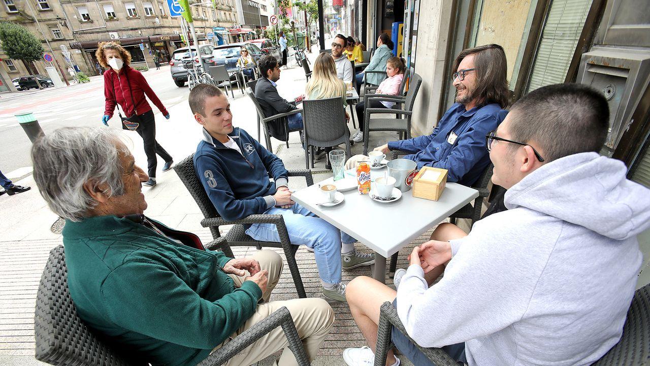 Volviendo a ver a los amigos en una terraza de Vigo
