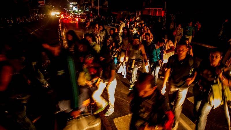Un apagón sorprende a Maduro en televisión.Policía en el lugar del asesinato de Mónica Spear