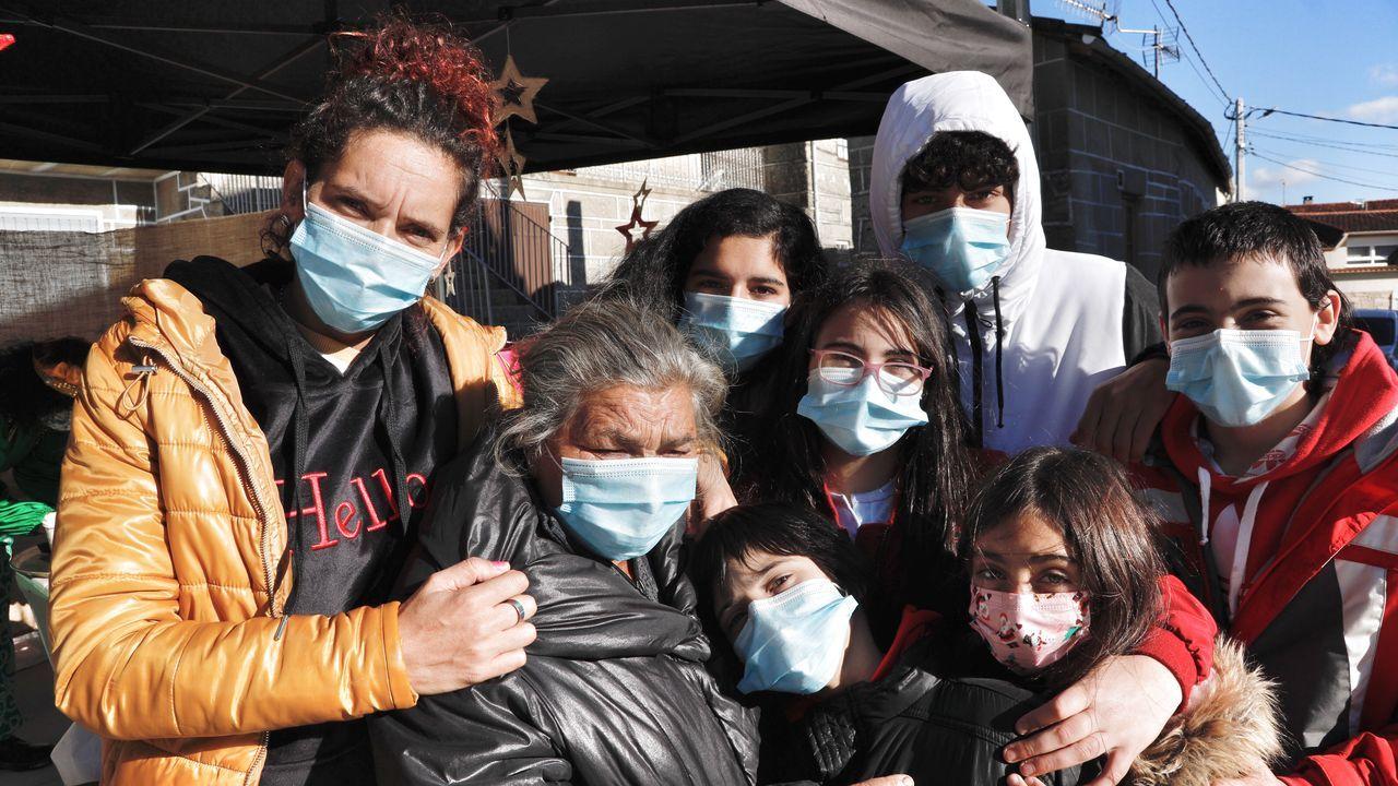 Soraya Gómez y su familia agradecen la solidaridad de los vecinos.Alén, con miembros de ACCU