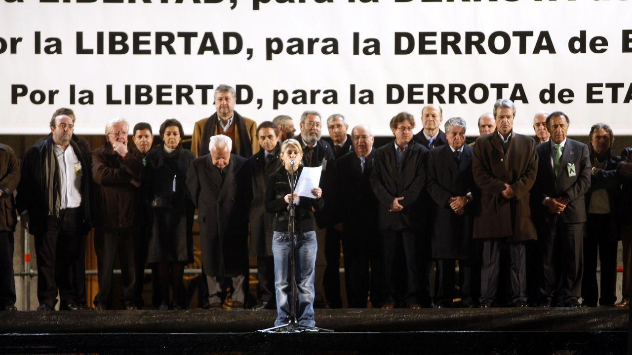 El etarra Xabier Ugarte (en el centro) a su llegada a la localidad guipuzcoana de Oñate. Xabier Ugarte Villar ha salido de la cárcel de Topas (Salamanca) tras cumplir 22 años de condena por varios delitos, entre otros el secuestro del funcionario de prisiones José Antonio Ortega Lara