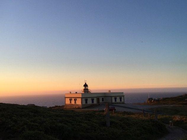 El sol ilumina el Faro justo antes de que empiece a funcionar.