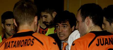 El preparador burelista se dirige a sus jugadores durante la visita del Barça al Vista Alegre en la pasada temporada.