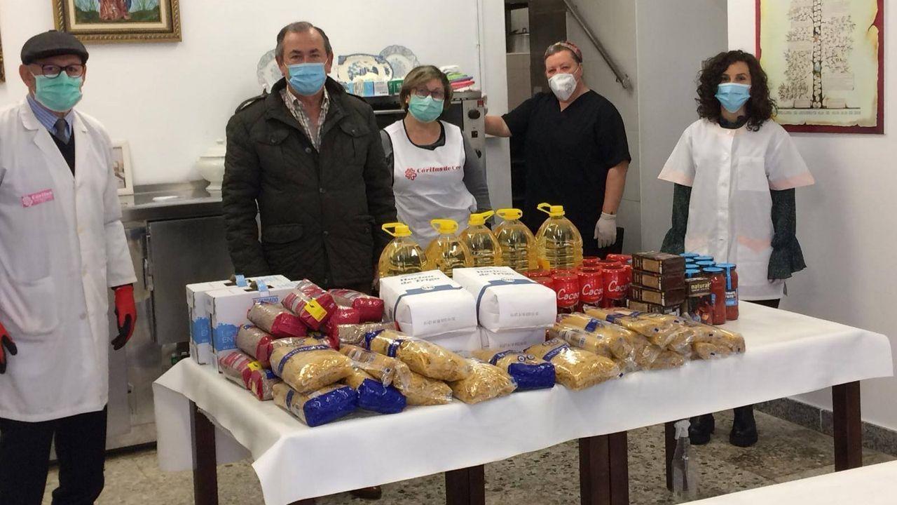 Voluntarios ourensanos a la entrada del comedor social de Cáritas